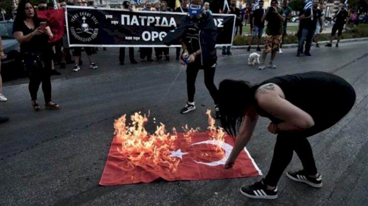Yunanistan'da rezalet görüntüler... Bayrağımızı yaktılar