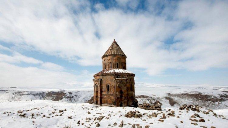 Ani'de tarihi yapıtların duvarları aşk ilan alanı oldu