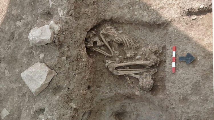 Bilecik'te apartman bahçesindeki kazıda 8 bin 500 yıllık insan iskeleti bulundu