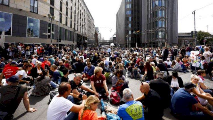 Almanya'da binlerce kişiden koronavirüs protestosu