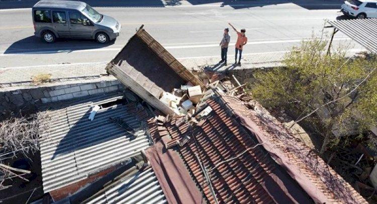 Bodrum'da bir kamyonet çatıdan eve girdi