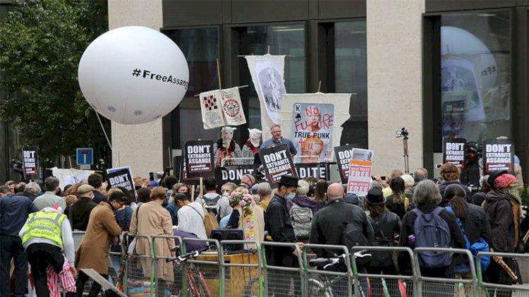 Julian Assange 'ABD'ye iade' davasında hakim karşısına çıktı