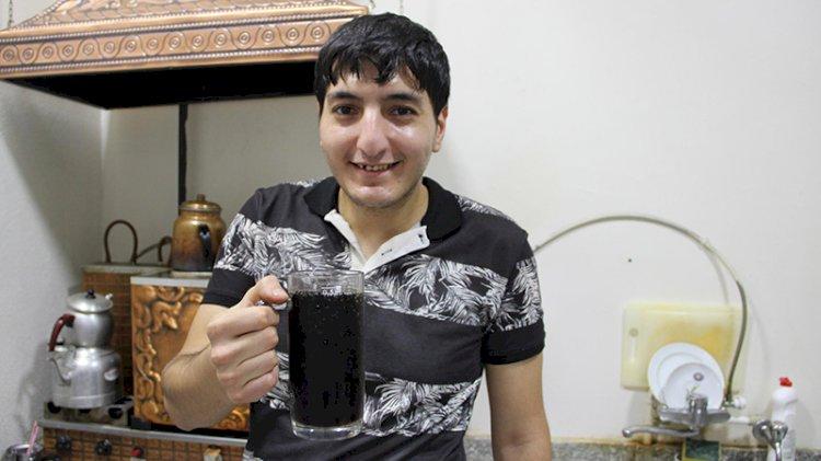 Kola bağımlısı genç, günde 5 litre kola ve 50 lira yevmiye ile çalışıyor