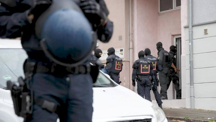 Almanya'da ırkçı paylaşımlar yapan 50 polise inceleme