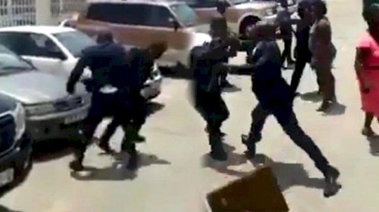 Gine Devlet Başkanı, çalışmalarından memnun olmadığı Çalışma Bakanı'nı tekme tokat dövdü