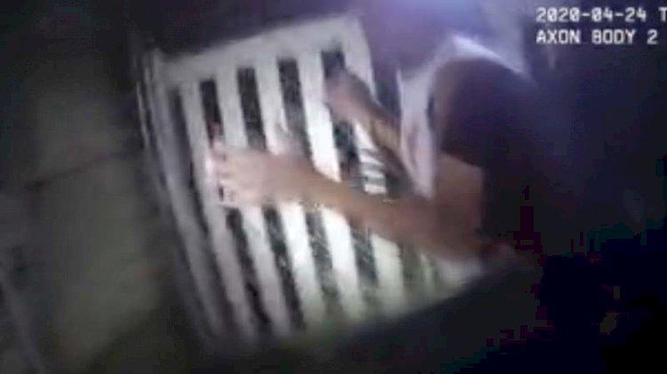 ABD'de polis teslim olan adamı köpeğe ısırttı