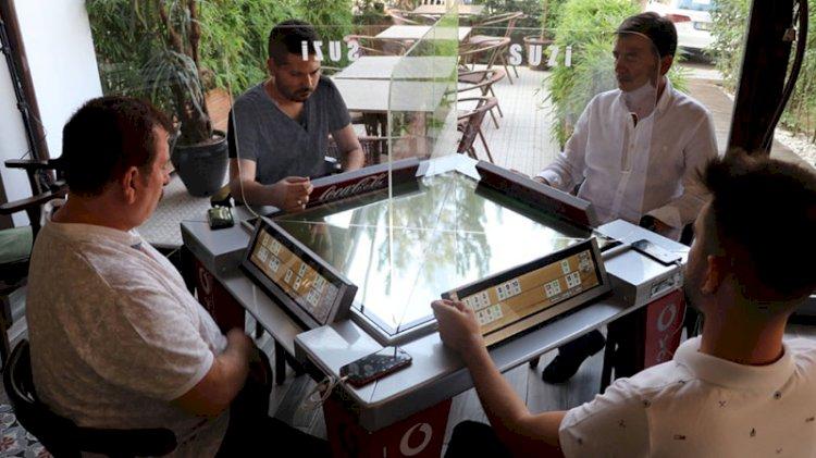 Oyun tutkunlarını koronavirüs durduramadı: Dijital oyun masası üretti