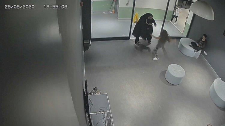 Kadınlar kendilerini maske yüzünden uyaran çocuğu dövdü