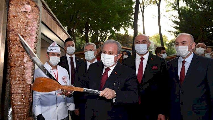 Meclis Başkanı kılıçla döner kesti