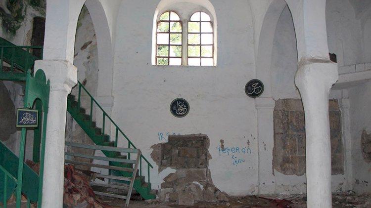 Tarih vandalları kiliseyi talan etti