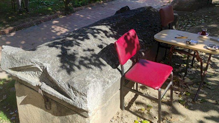 Yanına masa ve sandalye koyularak oturulan lahit hakkında yeni karar