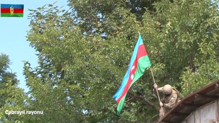 Kurtarılan ilk reyonda Azerbaycan bayrağı dalgalanıyor: 'Komutanım söz veriyorum'