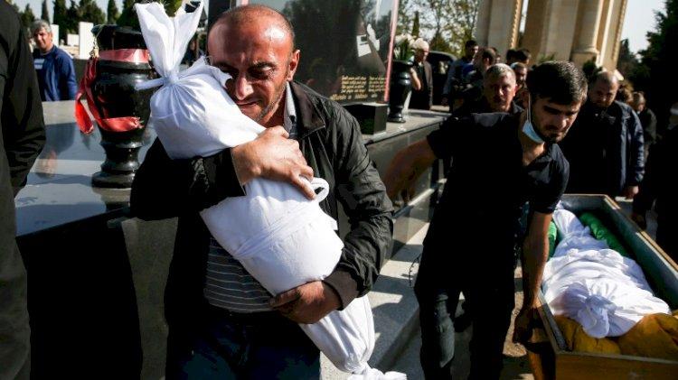 Dünyanın gözlerini kaçırdığı kare... Gence katliamının en küçük kurbanı babasının kucağında