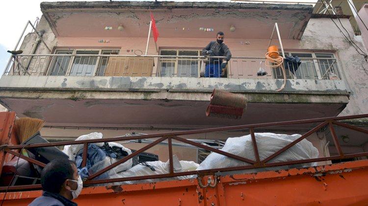 3 katlı binadan 6 ton çöp çıkarıldı
