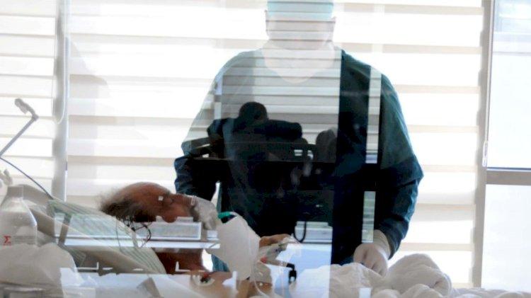 Pandemi doktoru, koronavirüs hastası babasını kurtaramadı