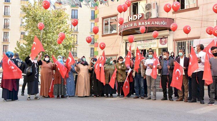 Diyarbakır anneleri Cumhuriyet Bayramı'nı evlat nöbetinde kutladı