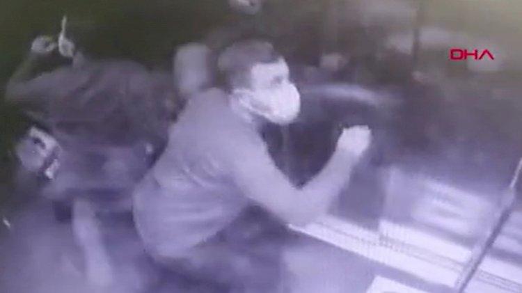 Depreme asansörde yakalandı, o anlar güvenlik kamerasına yansıdı