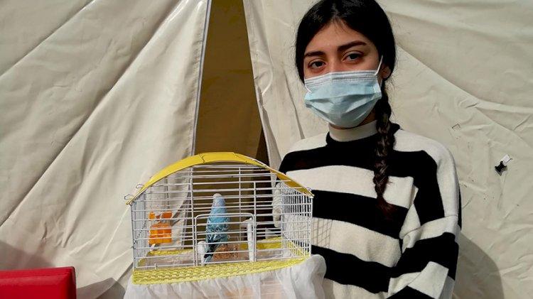 Depremde, kuşunu almak için kaybettiği 10 saniye hayatını kurtardı