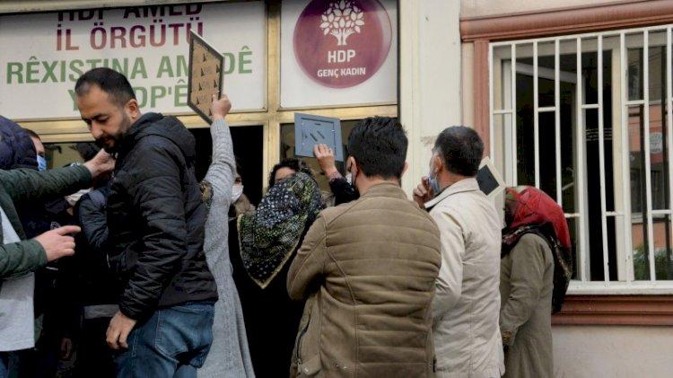 Ajandaları duyan aileler HDP binasına girmeye çalıştı