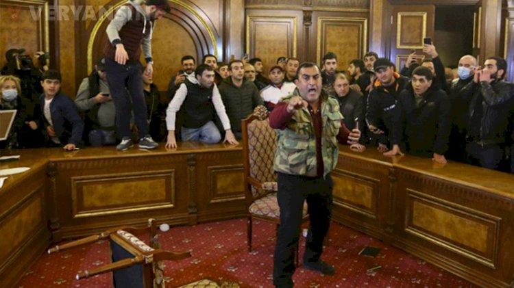 Öfkeli Ermeniler parlamentoyu bastı, Paşinyan'ın odasına girdi
