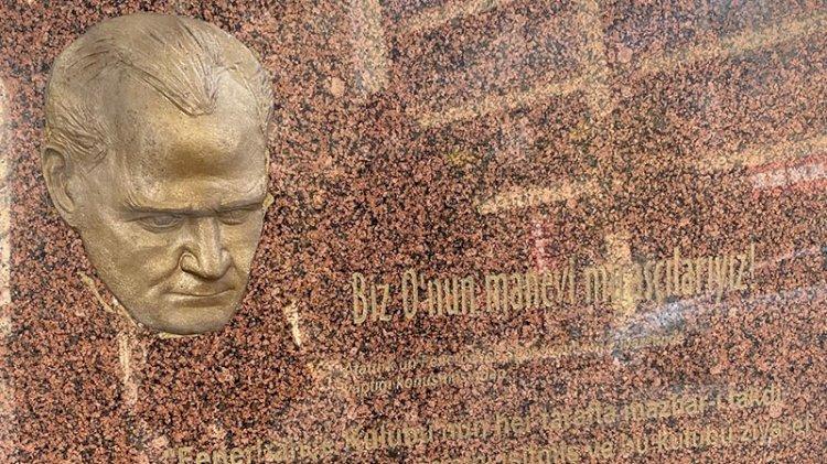 Atatürk maskını çaldılar