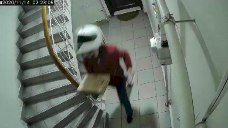 Sipariş getiren kurye merdivenlere işerken yakalandı