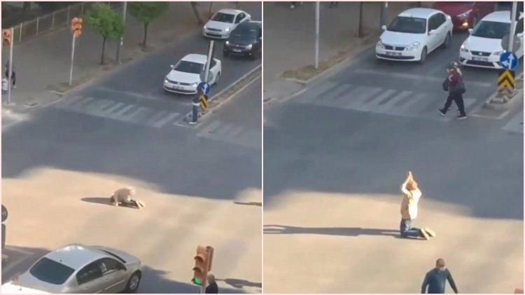 Cadde ortasında ilginç hareketler yapan adam trafiği birbirine kattı