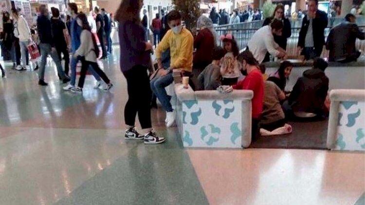 Masa ve sandalyeler kaldırıldı: Yerde yemek yediler