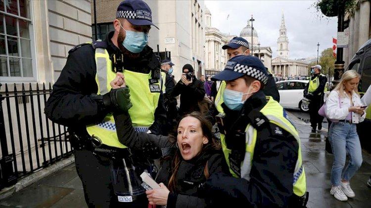 İngiltere'de aşı karşıtı gösteriye gözaltı