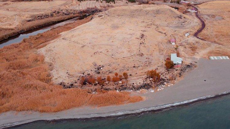 Van Gölü çekilince Urartular'a ait liman kalıntıları ortaya çıktı