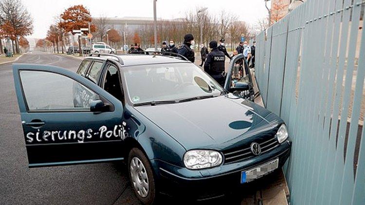 Şüpheli bir araç, Almanya Başbakanlık binasına daldı