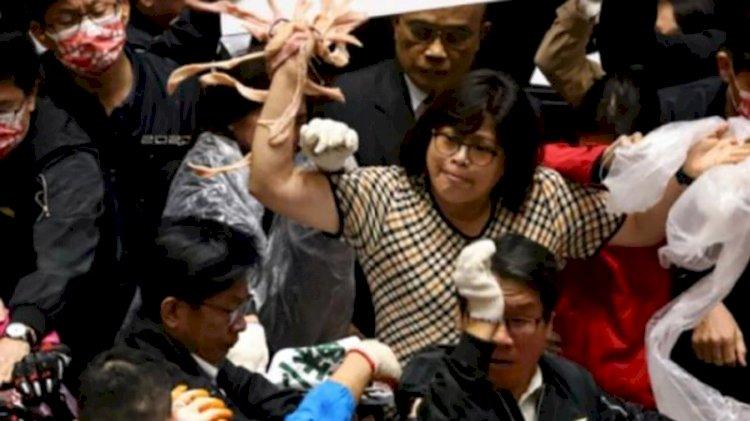 Tayvan Parlamentosu karıştı! Milletvekilleri birbirine bağırsak fırlattı