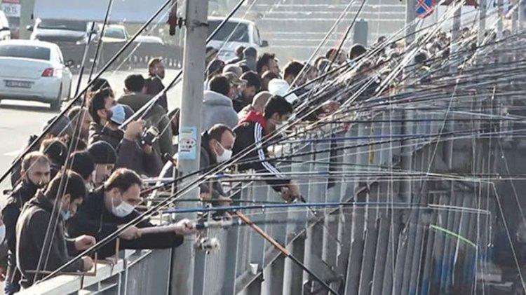 Balıkçılar sosyal mesafeyi hiçe saydı: Yan yana, omuz omuza...