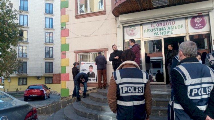 HDP'lilerden evlat nöbeti tutan ailelere hakaret: Çocuğunu bekleyen babaya 'Hoşt' dediler!
