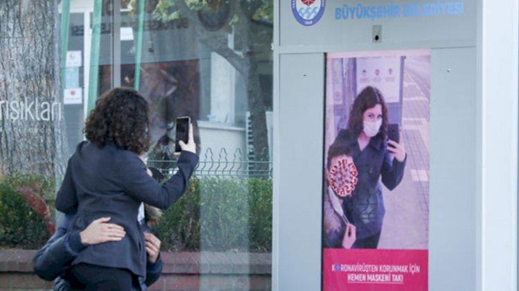 Maske takmayanları uyaran yapay zeka ekranı dikkat çekiyor