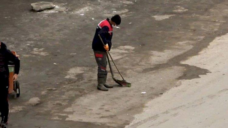 Yüksekova'da boş caddede temizlik yaptı