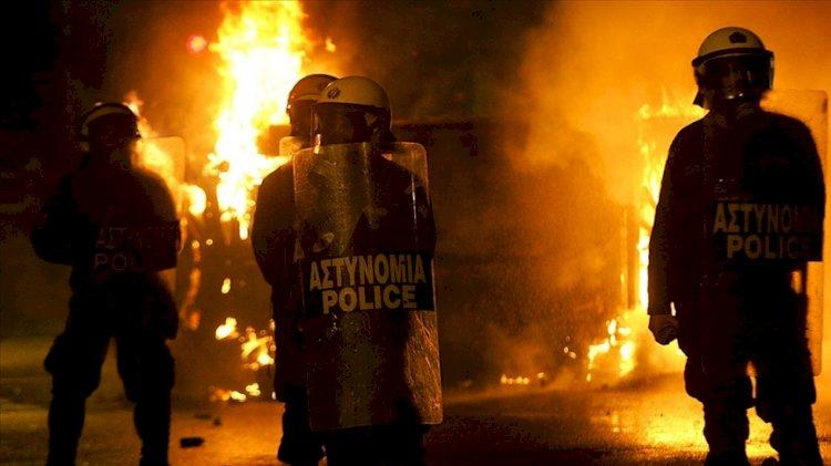 Atina'da 70-80 kişilik maskeli grup karakola saldırdı