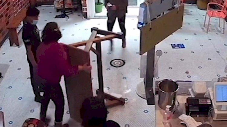 Babaanne torununa şişe fırlatan kadını masayla dövdü