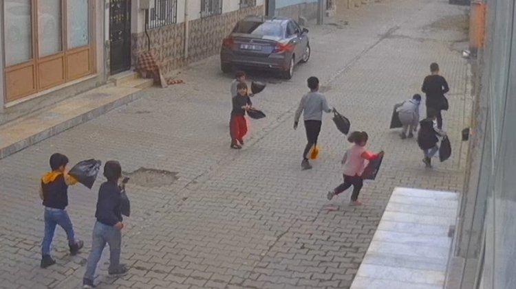Yetişkinleri utandıran hareket: Çocuklar sokak sokak çöp toplayıp konteynera attı