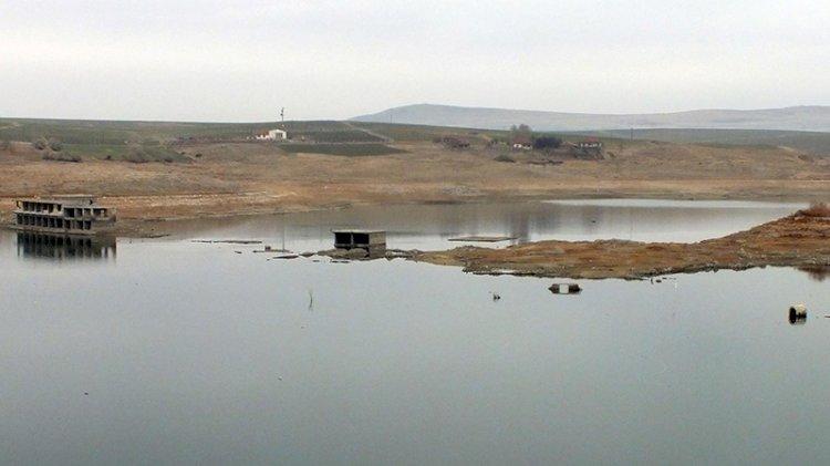 Baraj suyu çekildi, eski yerleşim yeri açığa çıktı