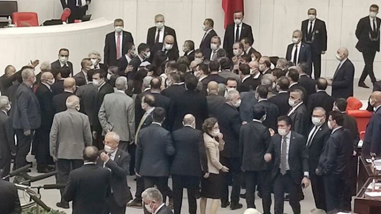Meclis yine karıştı, vekiller birbirine girdi