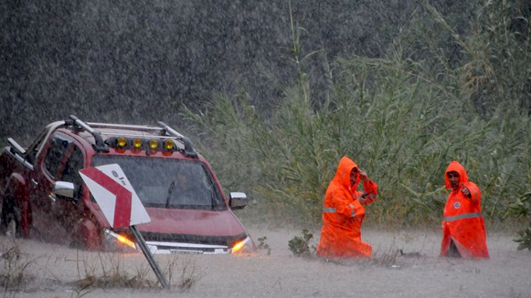 'Turuncu alarm' sonrası Antalya'yı şiddetli yağmur vurdu