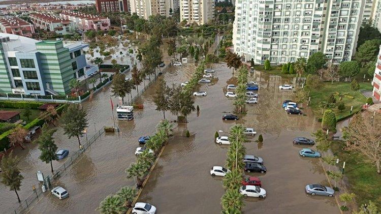 İzmir'i sel vurdu: Deniz taştı, araçlar su altında kaldı
