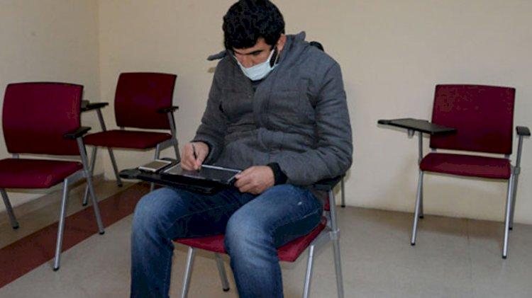 Hastane bahçesinde uzaktan eğitim veren refakatçi öğretmene oda
