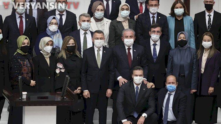 Meclis'te vekiller sosyal mesafe kurallarını unuttu