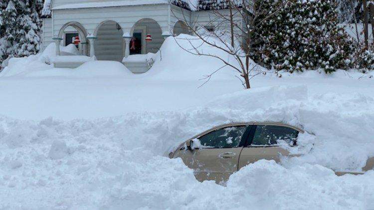 Kar altındaki aracının içinde kurtarılmayı bekledi