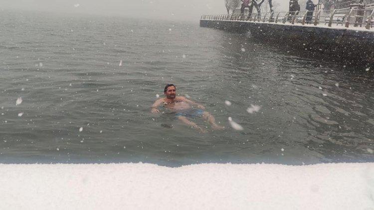 Kar yağarken denize girdi