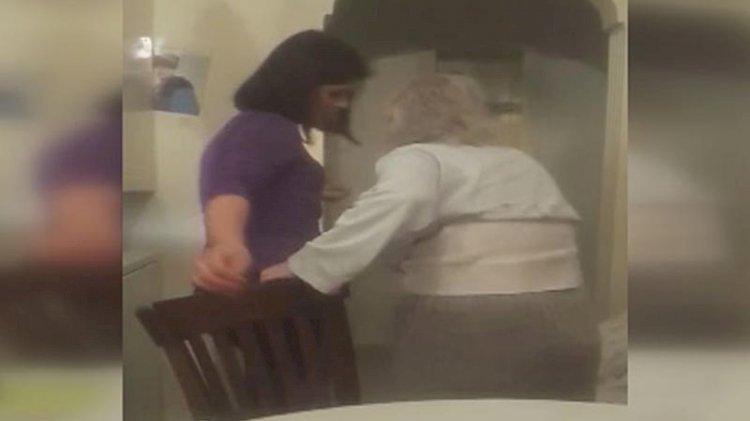 Yaşlı kadın bakıcısı yüzünden cama çıkıp yardım istedi: Burada beni dövüyorlar!