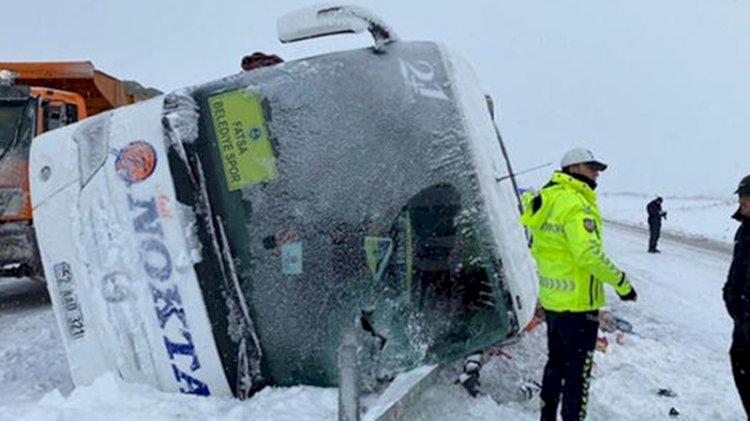 Fatsa Belediyespor takımını taşıyan otobüs devrildi!
