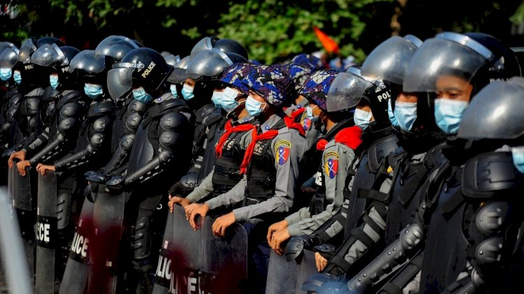 Myanmar'da polis protestoculara karşı gerçek mermi kullandı: 6 ölü